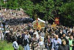 Торжественный крестный ход вокруг обители. Псково-Печерский Успенский монастырь.
