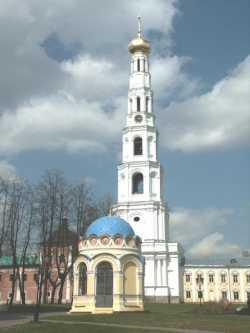 Колокольня Николо-Угрешского монастыря. На переднем плане - памятная Никольская часовня