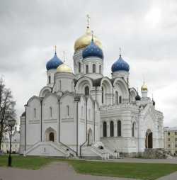 Преображенский (сзади) и Никольский (на переднем плане) соборы Николо-Угрешского монастыря. Фото, весна 2007 г.