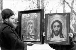 Киотное стекло иконы Спаса Нерукотворного с отображенным на нем ликом Спасителя. Ишимский Покровский храм, 2002 год.