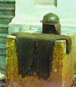 Кольчуга и шлем прп. Далмата. Сер.— 2-я пол. XVII в. (?). Фотография С. М. Прокудина-Горского. 1912 г. (Библиотека Конгресса США)