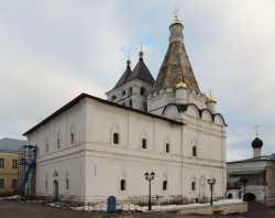 Георгиевский храм Серпуховского Владычного монастыря. Справа - придельная церковь святителей Московских. Фото 24 декабря 2013 г.