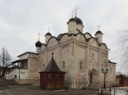 Введенский собор Серпуховского Владычного монастыря. Фото 24 декабря 2013 г.
